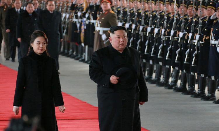 Lãnh đạo Triều TiênKim Jong-un và đệ nhất phu nhân Ri Sol-ju duyệt đội danh dự trước khi lên đường sang thăm Trung Quốc hôm 7/1. Ảnh: KCNA/ Reuters.