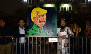 Người dân đứng kín vỉa hè mong được nhìn thấy Tổng thống Trump