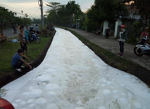 Bọt trắng phủ kín kênh N10A đoạn qua thôn thôn Phú Mỹ, xã Tam Phước. Ảnh: Đắc Thành.