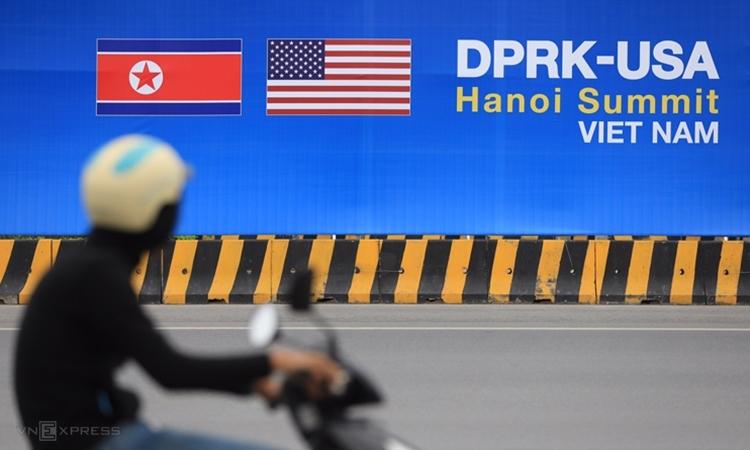 Tấm pano lớnở đường dẫn từ trung tâm Hà Nộilên sân bay Nội Bài. Ảnh:Hữu Khoa.