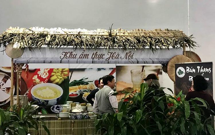 Khu ẩm thực Hà Nội tại trung tâm báo chí quốc tế. Ảnh: VA