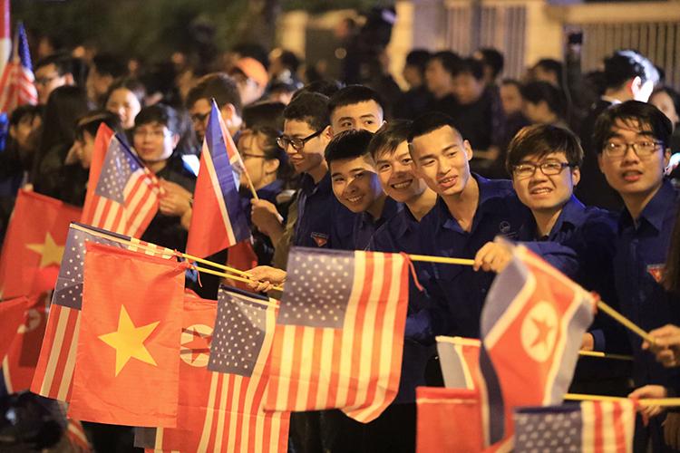 Người dân chen kín hai bên đường ở Hà Nội chào mừng Tổng thống Trump. Ảnh: Hữu Khoa