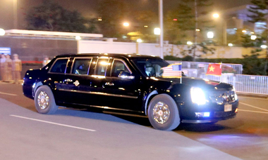 Biệt đội xe bọc thép hộ tống ông Trump từ sân bay về Hà Nội