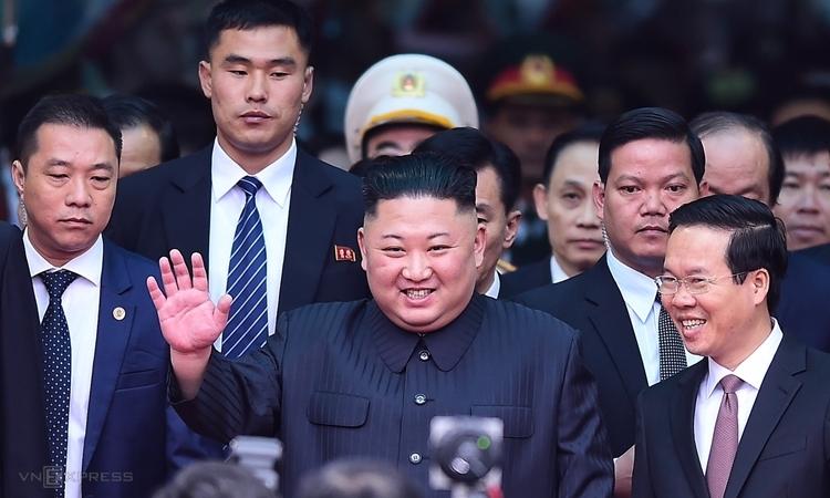 Lãnh đạo Triều Tiên Kim Jong-un (giữa) tại ga Đồng Đăng, Lạng Sơn ngày 26/2. Ảnh: Giang Huy.