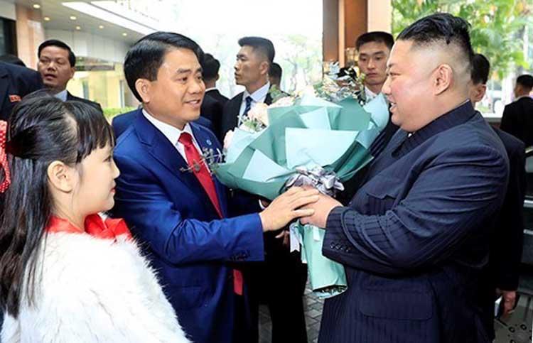 Chủ tịch UBND Hà NộiNguyễn Đức Chung đón ông Kim Jong-un tại sảnh khách sạn Melia. Ảnh:VGP.