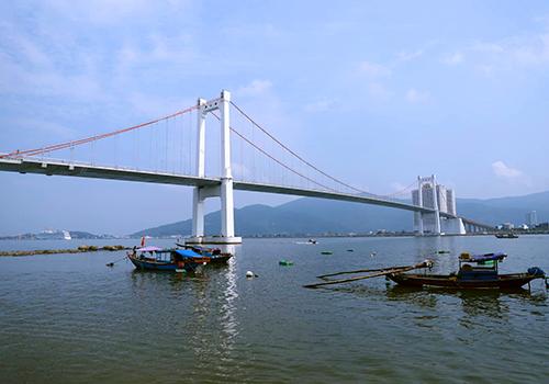 Hời khai đã phi tang xác con gái ở khu vực chân cầu Thuận Phước. Ảnh: Nguyễn Đông.