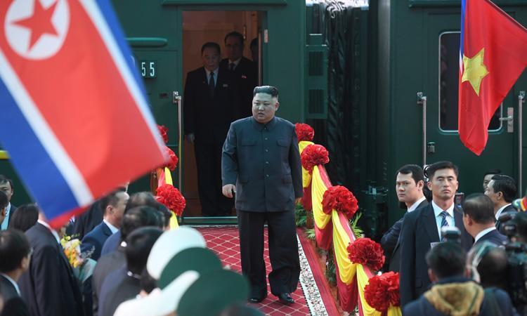 Lãnh đạo Triều Tien Kim Jong-un xuống tàu tại ga Đồng Đăng, tỉnh Lạng Sơn, Việt Nam, sáng ngày 26/2. Ảnh: Reuters.