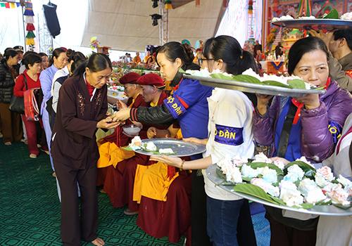 Các suất bánh gato được cắt và đặt trên lá mít để phát cho Phật tử.