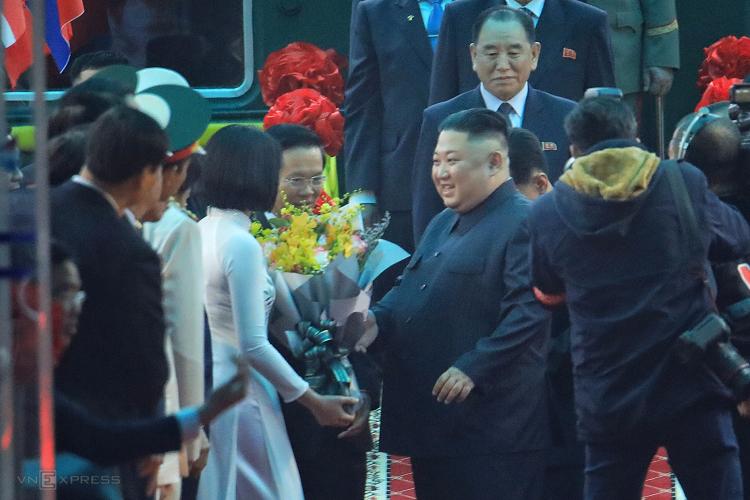 Nguyễn Thu Uyên tặng hoa ông Kim Jong-un. Ảnh: Hữu Khoa