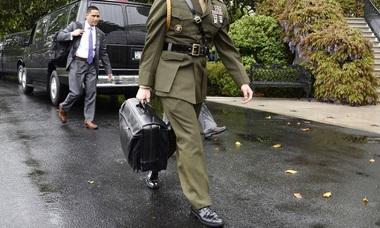 'Nút bấm hạt nhân' của lãnh đạo Mỹ, Triều khi công du nước ngoài