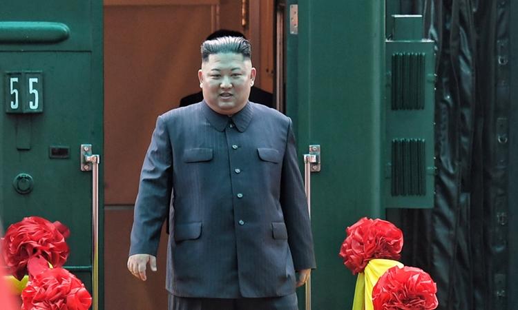 Lãnh đạo Triều Tiên Kim Jong-un xuống ga Đồng Đăng, Lạng Sơn sáng 26/2. Ảnh: Giang Huy.