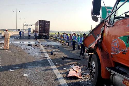 Hiện trường vụ tai nạn liên hoàn giữa 3 xe đầu kéo. Ảnh: Hoàng Nam.