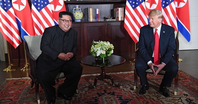 Tổng thống Mỹ Trump (phải) và Chủ tịch Triều Tiên Kim Jong-untại hội nghị thượng đỉnh ở Singapore tháng 6/2018. Ảnh: AP.