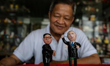 Thầy giáo tạo hình chân dung hai lãnh đạo Trump và Kim bằng vỏ trứng