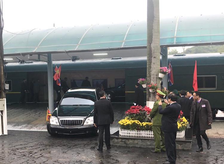Hai xe của Chủ tịch Triều Tiên được đưa xuống tàu. Ảnh: Anh Duy.