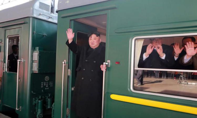 Chủ tịch Triều Tiên Kim Jong-un vẫy tay chào trước khi xuất phát rời Bình Nhưỡng hôm 23/2. Ảnh: Reuters.