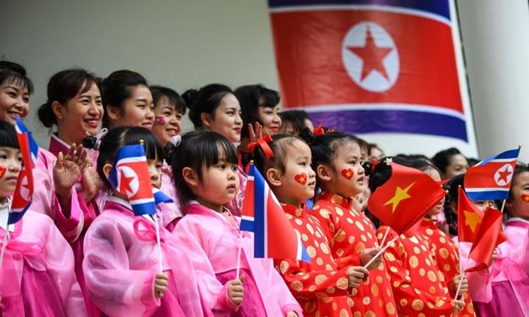 Các em thiếu nhi mặc trang phục truyền thống của Triều Tiên và Việt Nam tại trường mầm non Việt Triều Hữu nghị tại Hà Nội ngày 27/2. Ảnh: AFP.