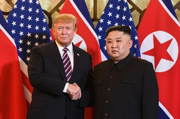 Tổng thống Mỹ Donald Trump và Chủ tịch Kim Jong-un bắt tay nhau tại khách sạn Metropole. Ảnh:CNN.