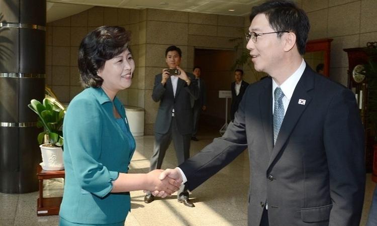 Kim Song-hye (trái)và quan chức Hàn Quốc trong cuộc họp tại Panmunjom năm 2013. Ảnh:Bộ Thống nhất Hàn Quốc.
