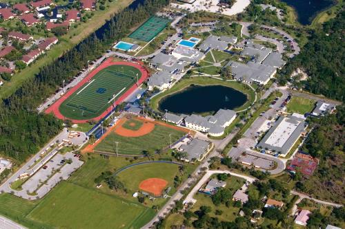 Khuôn viên trường rộng lớn với đầy đủ tiện ích hiện đại phục vụ học sinh.