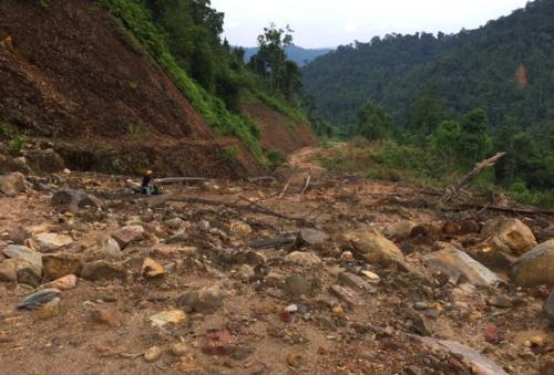 Tuyến đường nối hai huyện miền núi Nam Đông-A Lưới vẫn chỉ lad một lối mòn. Ảnh: Võ Thạnh