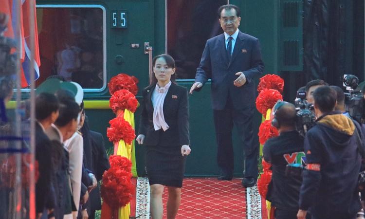 Kim Yo-jong, em gái Chủ tịch Triều Tiên Kim Jong-un, bước xuống sân ga Đồng Đăng, tỉnh Lạng Sơn, sáng ngày 26/2. Ảnh:Hữu Khoa.