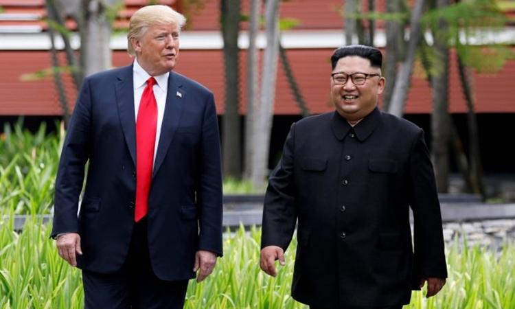 Tổng thống Mỹ Donald Trump (trái) và Chủ tịch Triều Tiên Kim Jong-un tại hội nghị thượng đỉnh đầu tiên ở Singapore hồi tháng 6 năm ngoái. Ảnh: Reuters.