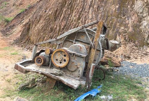 Nhiều máy móc thi công bị bỏ lại trêntuyến đường Nam Đông -A Lưới. Ảnh: Võ Thạnh