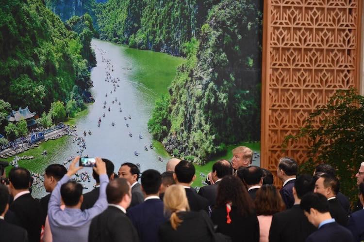Tổng thống Mỹ rất thích thú với hình ảnh Tràng An qua bức ảnh được Thủ tướng Nguyễn Xuân Phúc giới thiệu. Ảnh: Ngọc Thành