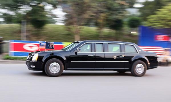 Siêu xe Quái thú chở Tổng thống Trump rời khỏi khách sạn Marriott để tới cuộc gặp với Chủ tịch Kim Jong-un. Ảnh:Tuấn Cao.