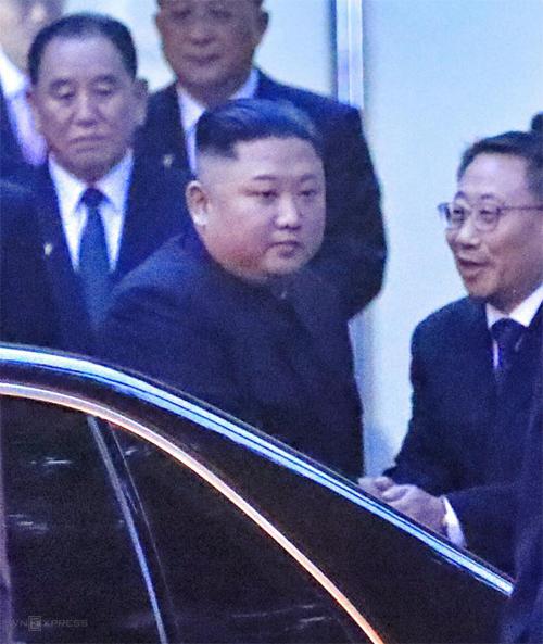 Chủ tịch Kim Jong-untrước cổng Đại sứ quán Triều Tiên. Ảnh: Hữu Khoa.