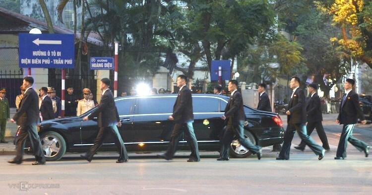 Xe chở ông Kim Jong-un rời khỏi Đại sứ quán Triều Tiên. Ảnh: Tất Định.