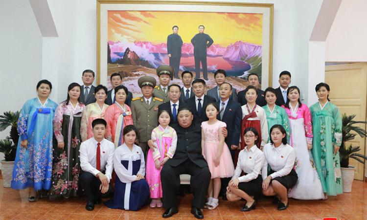 Chủ tịch Kim Jong-un chụp ảnh cùng các nhân viên tại Đại sứ quán Triều Tiên ở Hà Nội hôm 26/2. Ảnh: KCNA.