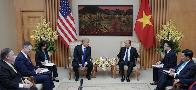 Một bức tranh được treo phía trên vị trí ngồi tại phòng hội kiến giữa Thủ tướng Nguyễn Xuân Phúc và Tổng thống Trump. Ảnh: VGP.