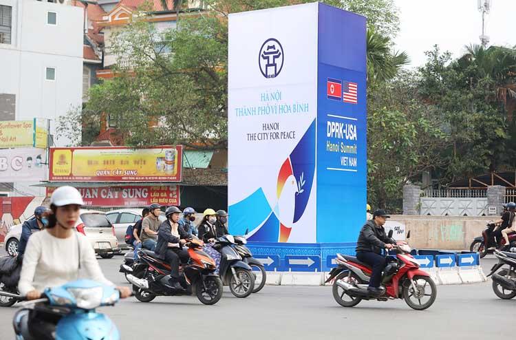 Pa nô chào mừng thượng đỉnh Mỹ - Triều được dựng lên trên nhiều bùng binh các tuyến phố lớn ở Hà Nội. Ảnh: PV.