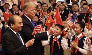 Ông Trump vẫy cờ cùng học sinh tại trụ sở Chính phủ
