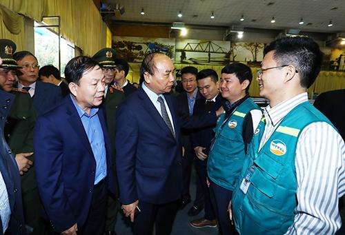 Thủ tướng dặn dò đội ngũ Viettel về việc đảm bảo an ninh, an toàn hạ tầng viễn thông tại trung tâm báo chí Thượng định Mỹ - Triều. Ảnh: TTXVN