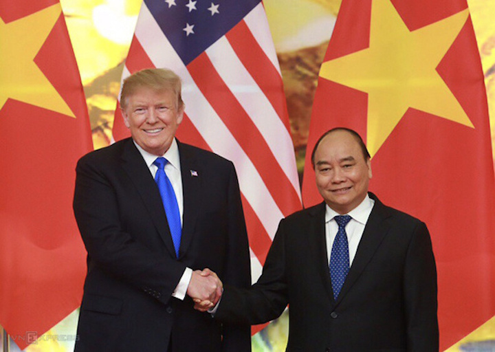 Thủ tướng Nguyễn Xuân Phúc (phải) bắt tay Tổng thống Mỹ Donald Trump tại cuộc hội kiến ngày 27/2.Ảnh: Ngọc Thành