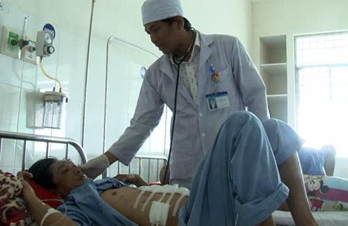 Bệnh nhân Nguyễn Thành Huy đang được điều trị tại bệnh viện ở Đồng Tháp. Ảnh: Long Hồ