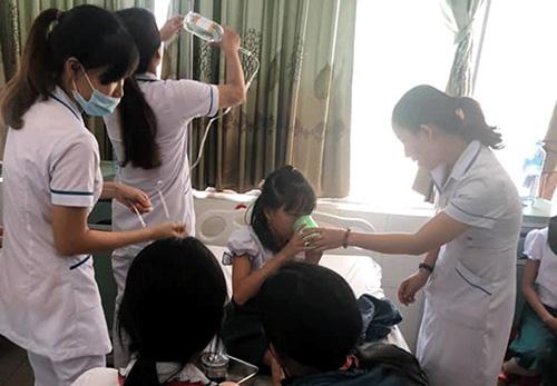 Nhân viên y tế điều trị cho học sinh bị ngộ độc thức ăn. Ảnh: Đ.T.