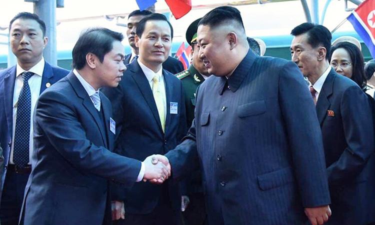 Chủ tịch Triều Tiên Kim Jong-un (phải) bắt tay quan chức Việt Nam khi tới ga Đồng Đăng, tỉnh Lạng Sơn. Ảnh: Giang Huy.