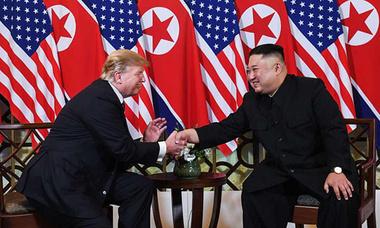 Trump - Kim tươi cười bắt tay nhau trong cuộc gặp tại Hà Nội