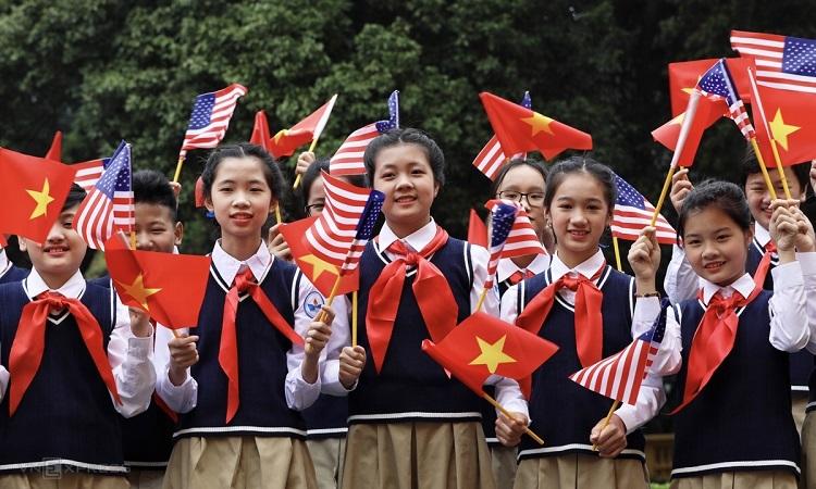 Học sinh trường THCS Nguyễn Du đón Tổng thống Mỹ sáng 27/2. Ảnh:Ngọc Thành