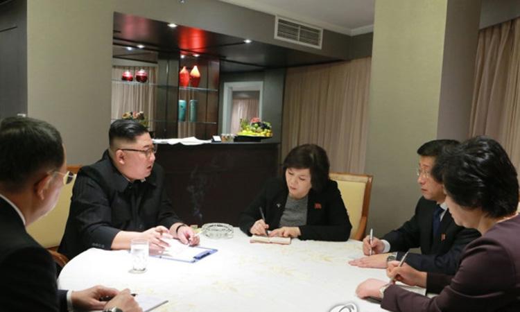 Lãnh đạo Kim Jong-un (thứ hai từ trái sang) họp với các các nhà đàm phán ngay trong phòng khách sạn khi vừa tới Hà Nội ngày 26/2. Ảnh: KCNA/ Yonhap.
