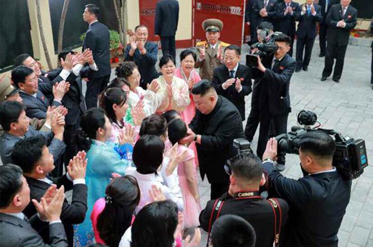 Lãnh đạo Kim Jong-un thăm hỏi thiếu nhi tại đại sứ quán Triều Tiên ở Hà Nội chiều ngày 26/2. Ảnh: KCNA.