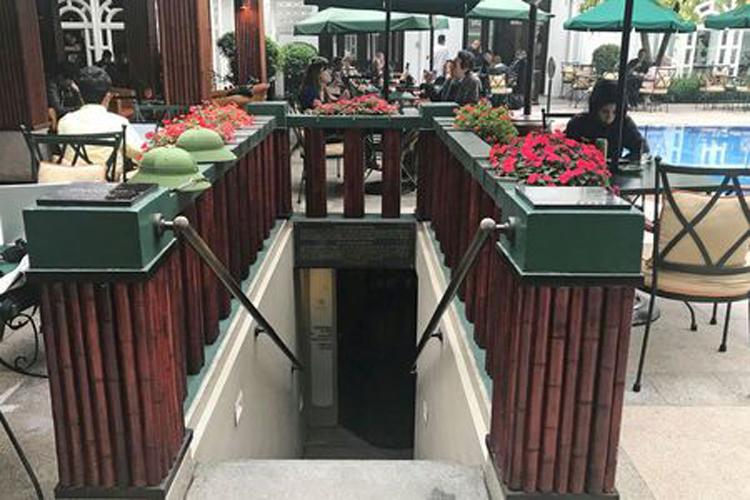 Khu vực bể bơi bên trong khách sạn khách sạn Sofitel Legend Metropole được cho là nơi diễn ra bữa tối giữa Tổng thống Donald Trump và Chủ tịch Kim Jong-un vào tối ngày 27/2. Ảnh: Reuters.