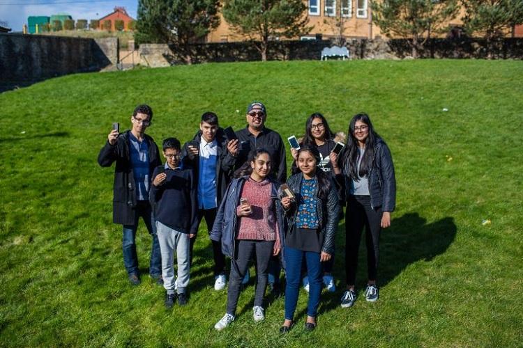 Những chuyến đi bộ không chỉ giúp cai nghiện điện thoại mà còn hỗ trợ phát triển kỹ năng giao tiếp ở người trẻ. Ảnh:Mercury Press