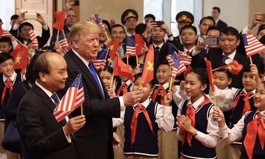 Học sinh chào đón phái đoàn Mỹ và Triều Tiên đến Việt Nam