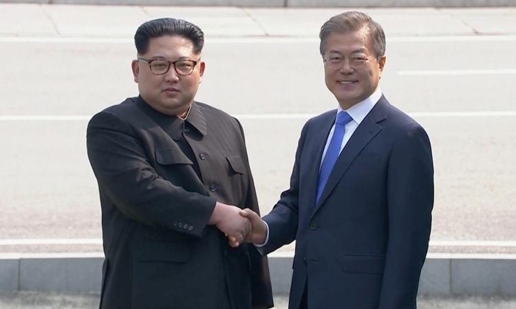Chủ tịch Triều Tiên Kim Jong-un (trái) bắt tay Tổng thống Hàn Quốc Moon Jae-in tại hội nghị thượng đỉnh liên Triềuhồi tháng 4/2018 ở biên giới hai nước. Ảnh: Reuters.