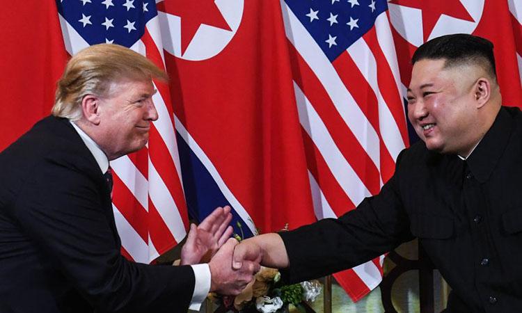 Tổng thống Donald Trump và Chủ tịch Kim Jong-un bắt tay tại khách sạn Sofitel Legend Metropole ở Hà Nội vào ngày 27/2. Ảnh: CNN.